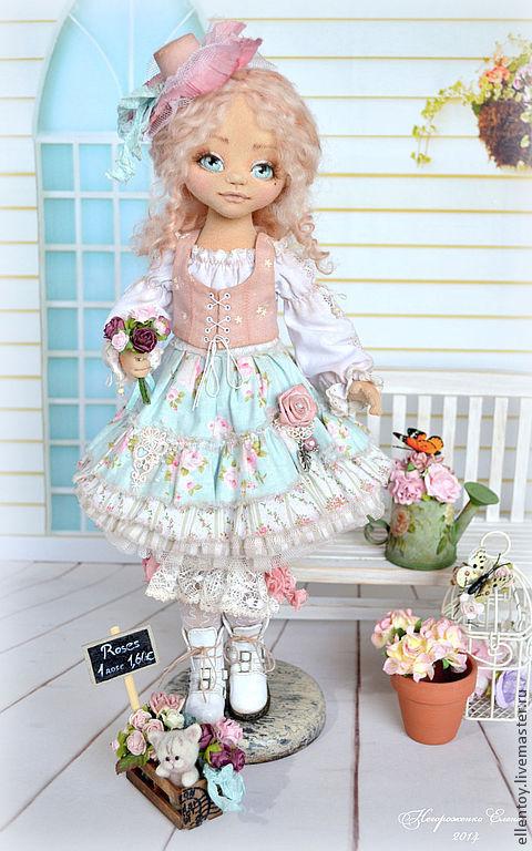 В комплект к кукле входят подставка и ящик с цветами.