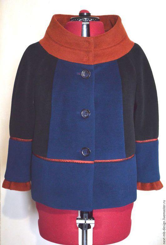 Авторское пальто ручной работы. Свободное полупальто длиной до середины бедра силуэта трапеция. Цветовая гамма пальто подобрана из трёх модных оттенков: терракотовый, синий и цвета чёрного шоколада.