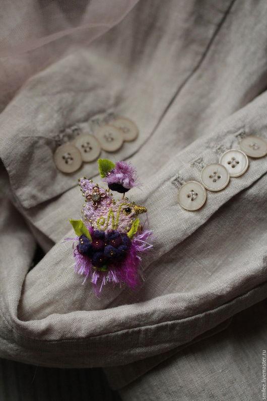"""Броши ручной работы. Ярмарка Мастеров - ручная работа. Купить Брошь птичка вышитая """"Singing in violets """". Handmade."""