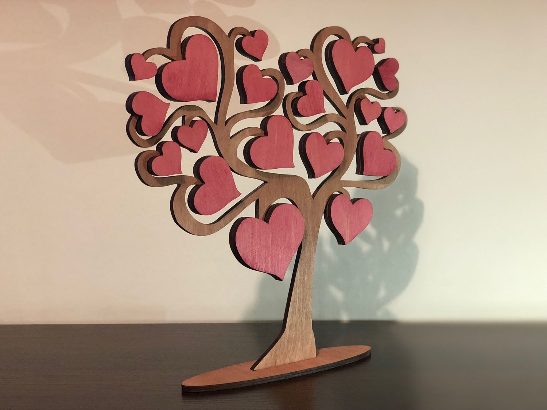 Открытка дерево с сердцами