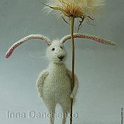 Куклы и игрушки ручной работы. Ярмарка Мастеров - ручная работа Заяц вязаный белый пушистый. Handmade.