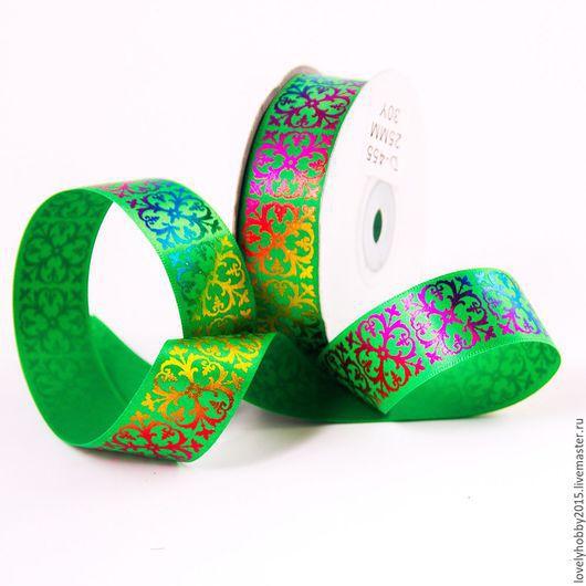 Зеленая атласная лента с узором