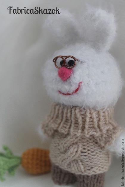 Игрушки животные, ручной работы. Заказать Вязаная игрушка Белый зайчик с морковкой, вязаный крючком заяц. FabricaSkazok. Ярмарка Мастеров.