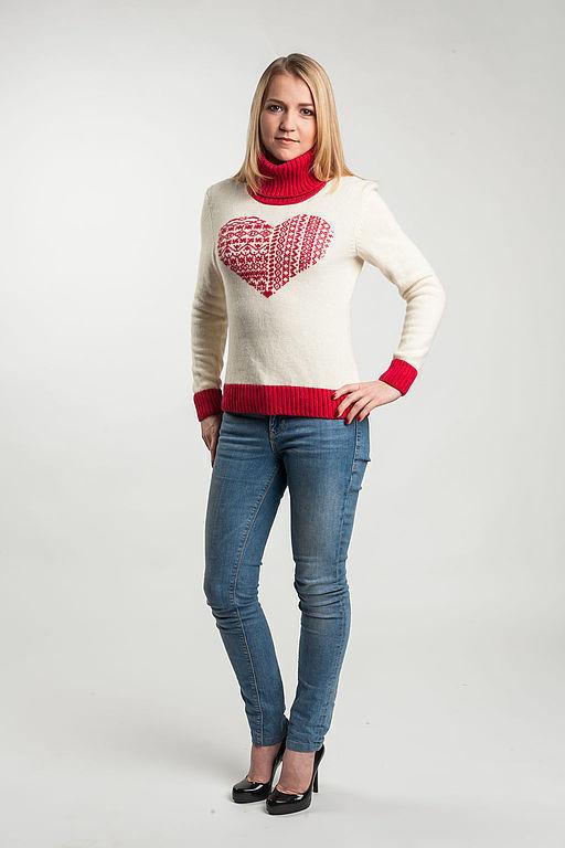 "Вязаный свитер ""Сердце"". \r\nДизайнер вязаной одежды: Анна Самарина\r\nФотограф: Андрей Ярцев\r\nВизажист: Яна Кулик"