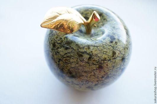Обереги, талисманы, амулеты ручной работы. Ярмарка Мастеров - ручная работа. Купить Яблоко из змеевика 65х60мм. Handmade. Яблоко