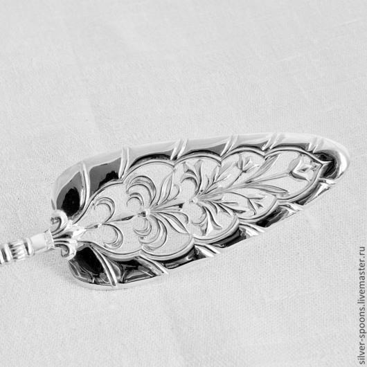 На рукоятке лопатки можно сделать гравировку вензеля, монограммы или инициалов из одной или нескольких букв. Лопатка и нож для свадебного торта - прекрасный подарок молодожёнам.