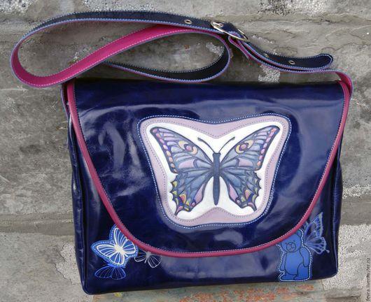 На клапане сумке прекрасная, волшебная бабочка.   Клапан притягивается к корпусу сумки скрытым магнитом.