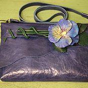 Ярко-синий клатч с цветком. Натуральная кожа.