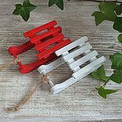 Фурнитура для кукол и игрушек ручной работы. Ярмарка Мастеров - ручная работа Саночки деревянные (красные и белые). Handmade.