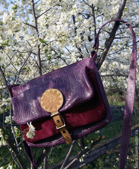 Красивый насыщенный цвет сумочки и яркое солнце на клапане, делают её очень позитивным и активным спутником во всех перемещениях по жизни.