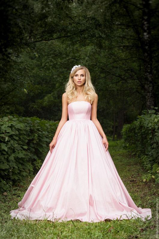 Платье нереальной красоты! Ткань тафта, цвета `Пепел Роза`, завышенная линия талии, что зрительно делает ноги длиннее, корсет на шнуровке. Есть дополнительный шлейф, длина 3 метра.