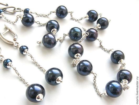 Классический комплект в современном стиле, маленькое ожерелье и серьги, из крупного натурального пресноводного темно синего круглого жемчуга 9,5 -10 мм и цепочек из серебра, все компоненты серебро.