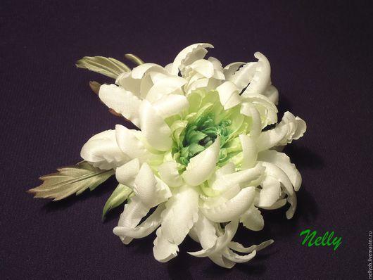 Нежная, невесомая, миниатюрная хризантемка из шелка. Брошь-цветок,крепление-универсальная застежка. Возможны другие цветовые решения и размеры. Точное повторение невозможно! размер 8*8 см