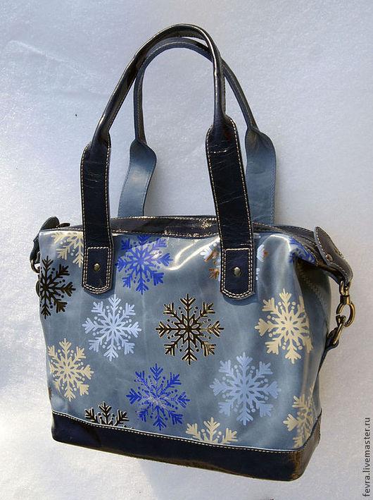 Крупные красивые снежинки по голубому полю. \r\nНекоторые снежинки выполнены двухцветным тиснением.