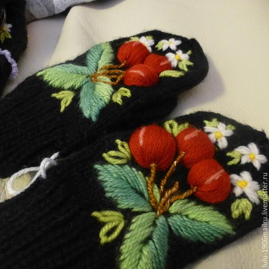 Детские варежки с ручной вышивкой `Вишня`