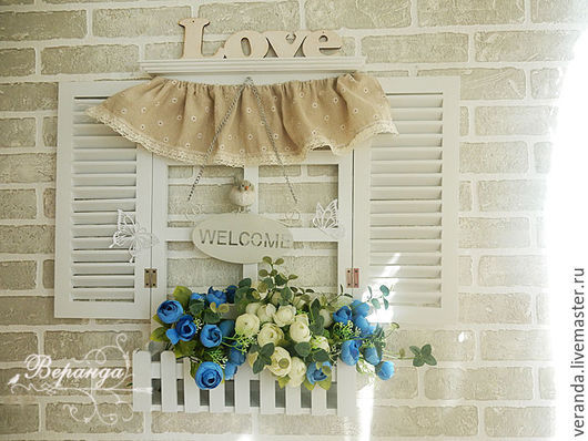 Деревянное окно со ставнями и забором
