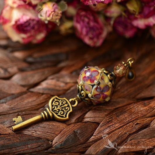 Волшебный кулон с ключом и авторским стеклом лэмпворк. Латунь, винтаж, модно, необычно. Подарок девушке, женщине, подруге, любимой, коллеге, на новоселье, оберег.