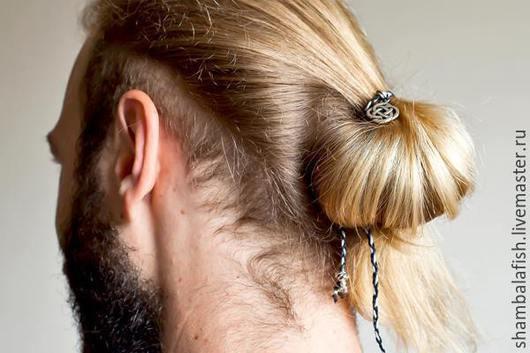 Украшение для мужских волос Узел удачи. Материалы металлическая фурнитура, вощёная нить. 750р.