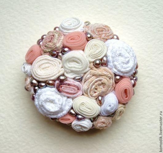 круглая текстильная  брошка с жемчугом