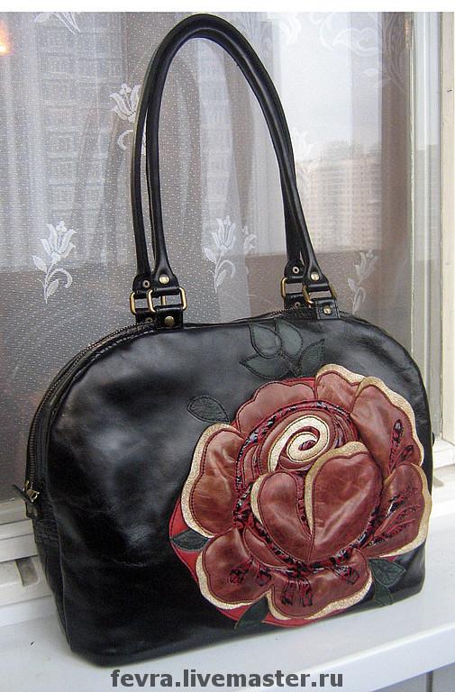 Черная сумка с яркой  пышной розой не может не привлечь внимание к её хозяйке.