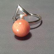 лаконичное кольцо с натуральным кораллом