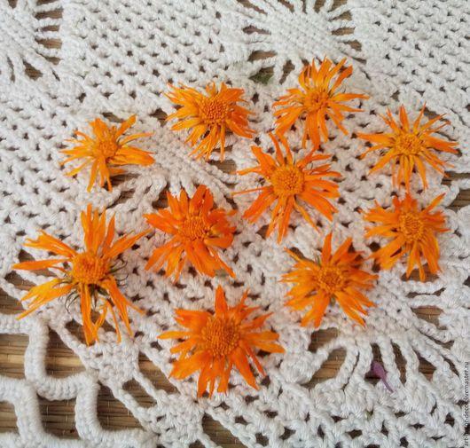 Я собрала и высушила эти цветы календулы в своем саду, и использую эти цветы для декорирования интерьерных вещей в деревенском и этно-стиле