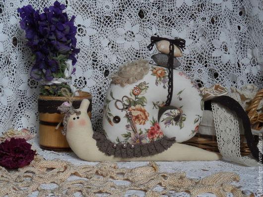 Куклы Тильды ручной работы. Ярмарка Мастеров - ручная работа. Купить Улитка - игольница в стиле Тильда. Handmade. Бежевый, интерьерная