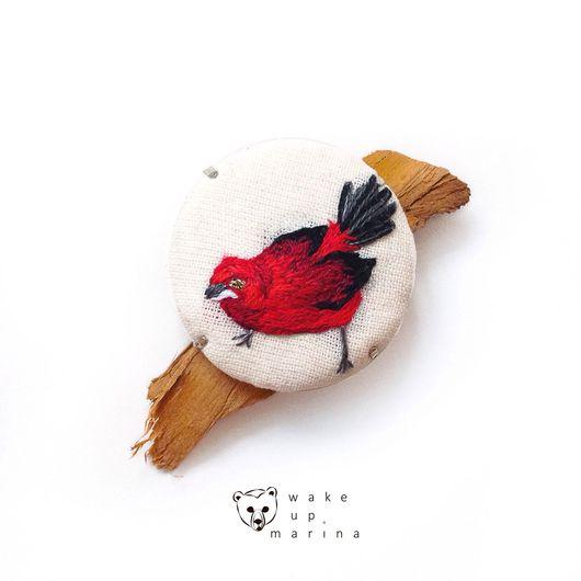 Броши ручной работы. Ярмарка Мастеров - ручная работа. Купить Бразильская расписная танагра - брошь с миниатюрной вышивкой птицы. Handmade.