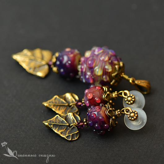 Оригинальный комплект из стекла лэмпворк (Lampwork) ручной работы. Необычное украшение, малиновый, багряный, фуксия, латунь, листья, осень. Подарок на день рождения, любимой, маме, подруге.