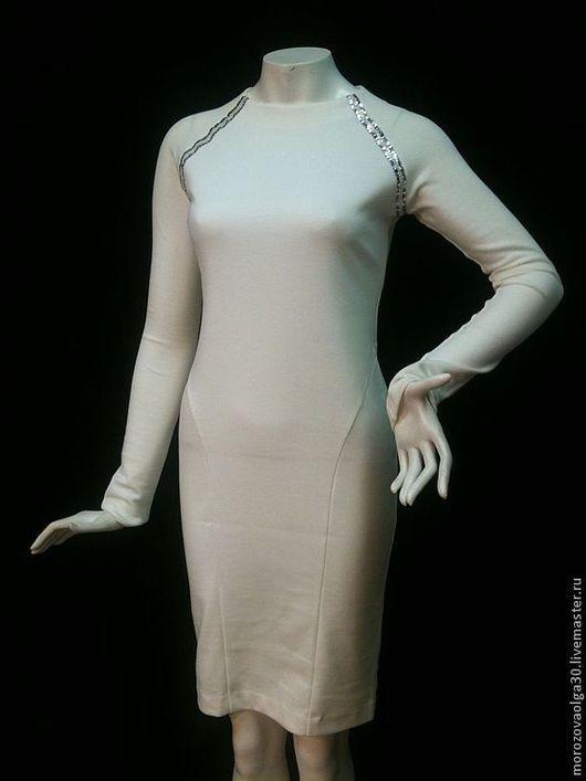 Белые есть готовые в 44, 46 и 48 размерах. Возможна коррекция по фигуре.\r\nотделка - декоративная тесьма серебро на белом\r\nВОЗМОЖЕН ОТШИВ НА ЗАКАЗ В ДРУГИХ ЦВЕТАХ