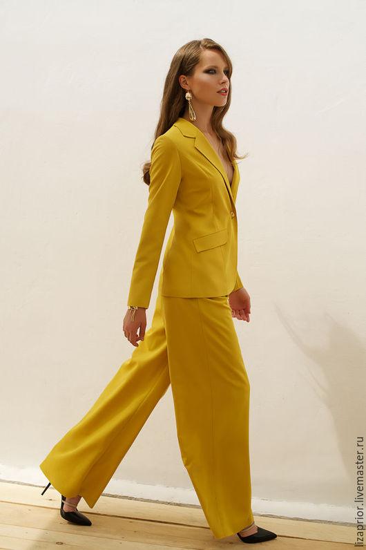 Горчичный женский деловой костюм с широкими брюками