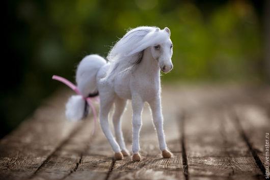 Игрушки животные, ручной работы. Ярмарка Мастеров - ручная работа. Купить Лошадь из шерсти Иволга. Handmade. Белый, лошадь из шерсти