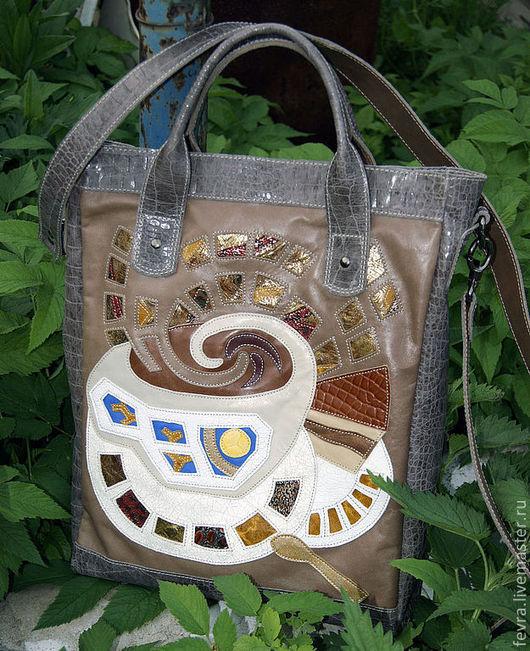 Отделка, ручки дно и бока сумки из серо-кофейного крокодила.