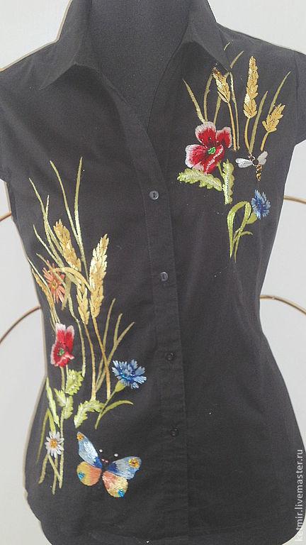 Вышивка расположена асиметрично на полочках блузки.