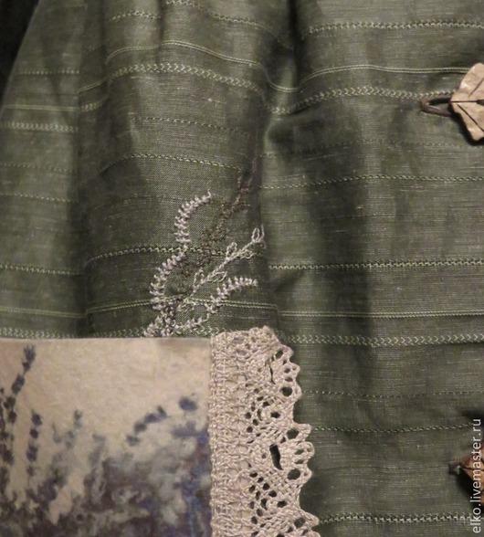 Из кармашка с изображением лаванды выглядывает вышитая травка