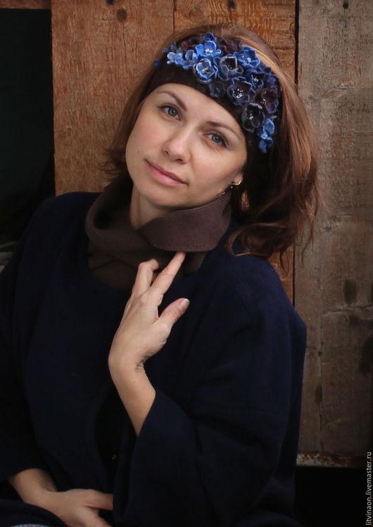 Шерстяная коричневая повязка на голову с синими цветами ручной работы. Ярмарка мастеров - ручная работа. Handmade. Шоколадный, голубой, синий войлочная повязка на голову, купить.