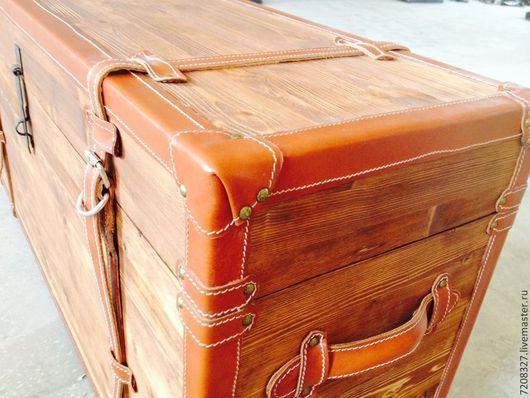 Сундук декоративный.Идеально подходит для небольших помещений в спальне прихожей или на кухне. Изготовлен  из древесины и кожи искусственной или натуральной