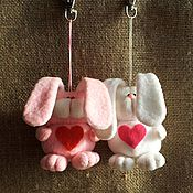 Подарки к праздникам ручной работы. Ярмарка Мастеров - ручная работа Брелок на сумку Зайка с сердечком. Handmade.