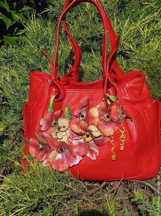 Яркая сумка декорирована цветами так же как и сумка созданными из натуральной кожи,