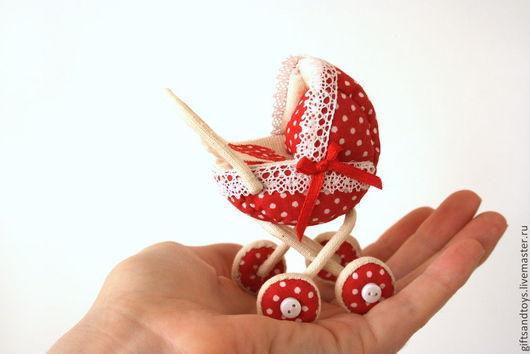 Персональные подарки ручной работы. Ярмарка Мастеров - ручная работа. Купить Миниатюрная красная в горошек колясочка. Сувенир на рождение малыша. Handmade.