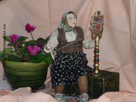Кукла не прикреплена к сундуку, её можно пересадить, прялку снять, а в сундуке хранить сокровища  и примеряя их, посмотреться в зеркало на внутренней поверхности крышки.
