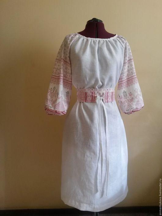 Платье по мотивам славянских рубах,рукава из ткани с набивным рисунком,имитирующим вышивку .Платье сшито из 100% льна. Лен прекрасный материал,экологичный, гипоаллергенный.