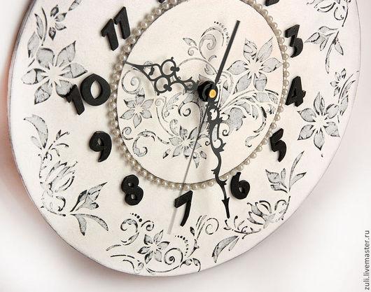 """Часы для дома ручной работы. Ярмарка Мастеров - ручная работа. Купить Часы """"Зимний сон"""". Handmade. Чёрно-белый, трафарет"""