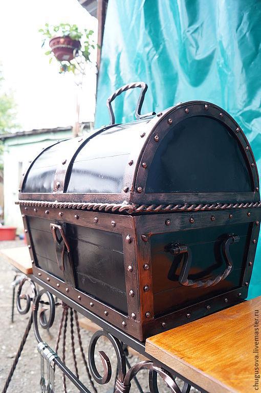 Сундук-мангал окрашен черной краской с элементами окрашивания в медь.