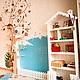 Детский шкаф для игрушек и книг в виде домика с игрушечными окошками, скворечником и декоративным забором станет поистине любимым предметом интерьера в детской комнате.