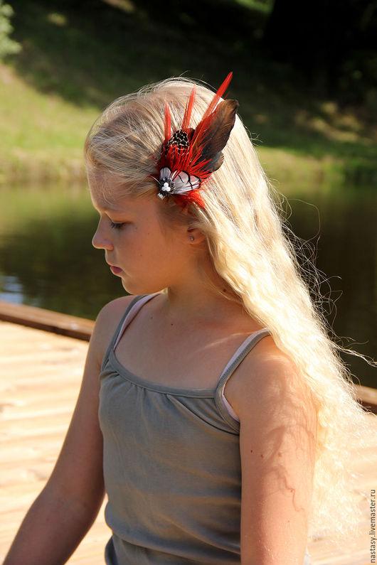Красная заколка с перьями `Алое крыло` Авторские украшения из перьев. Анастасия Николаева.
