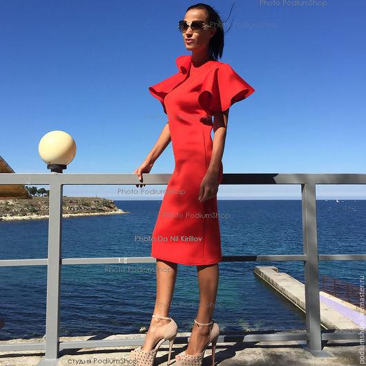 Красное платье с воланами