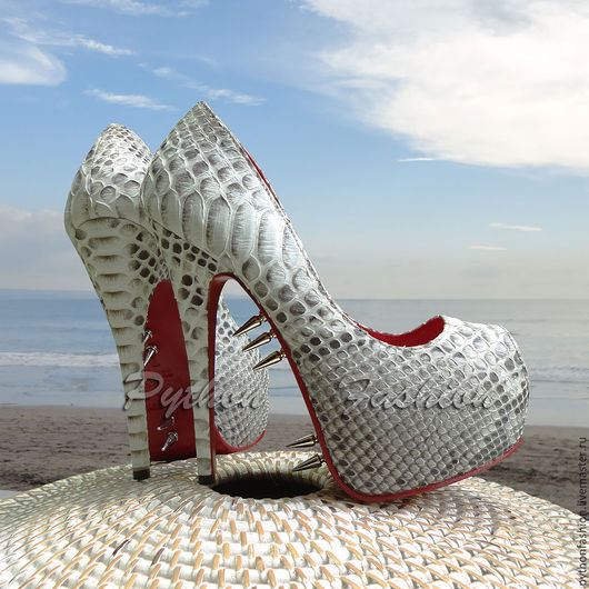 Лабутены из питона. Вечерние туфли из кожи питона на высоком каблуке. Дизайнерские женские туфли из питона. Женские летние туфли из кожи питона. Модные женские туфли на лето. Лабутены из кожи питона.