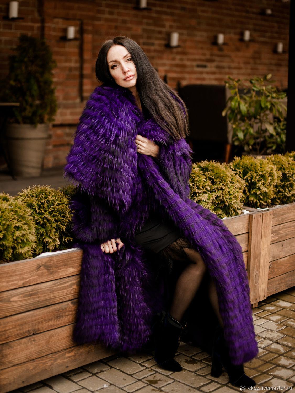 Безупречно-восхитительное пальто на шёлке в лиловом  цвете, длинное в пол.Большая перелина,которую можно использовать как капюшон.Двухсторонняя полочка,что позволяет носить пальто на застёгиваясь.