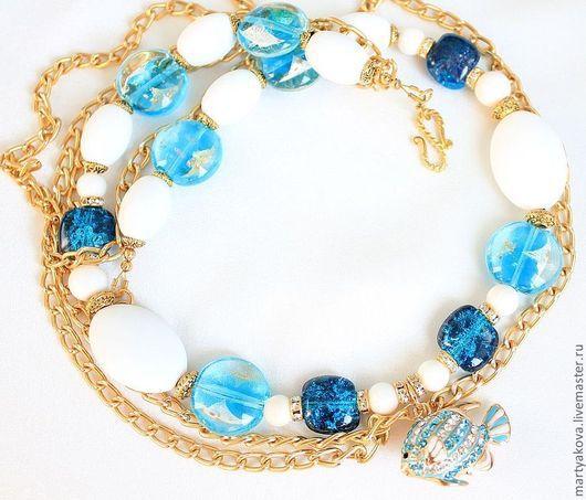 Легкое, в прямом и переносном смыслах, маленькое, летнее, пахнущее бризом, стильное колье с рыбкой в классических цветах марины – белый, голубой, бирюзовый.